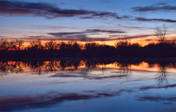 Картинка небо, вода, облака, деревья, закат, оранжевый, гладь, отражение, река, тишина, Вечер, сумерки, синее