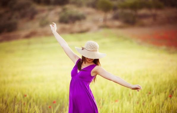 Картинка поле, свобода, листья, девушка, деревья, радость, счастье, цветы, улыбка, фон, дерево, widescreen, обои, настроения, листва, …