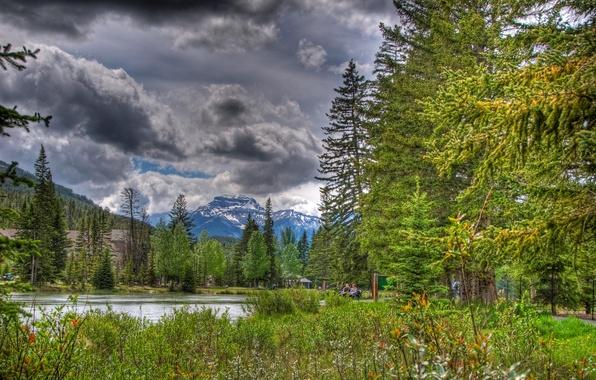Картинка небо, облака, деревья, цветы, горы, озеро, парк, люди, канада, alberta, banff