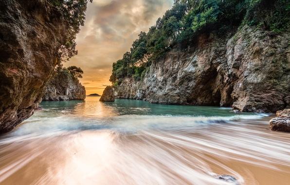 Картинка песок, море, волны, пляж, деревья, пейзаж, закат, скалы, Италия