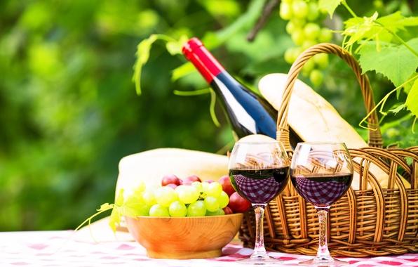 Картинка зелень, стол, вино, корзина, бутылка, сад, бокалы, хлеб, виноград, натюрморт, боке