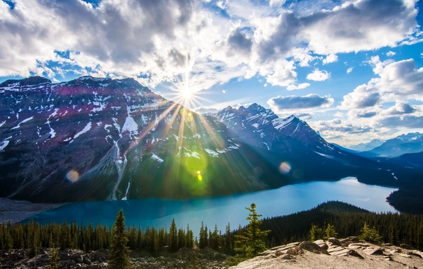 Картинка лес, небо, облака, деревья, горы, озеро, камни, скалы, Канада, Альберта, лучи солнца, Банф
