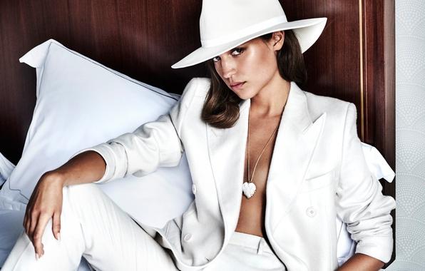 Картинка модель, шляпа, макияж, актриса, прическа, костюм, шатенка, пиджак, в белом, брюки, позирует, сидя, Vanity Fair, ...