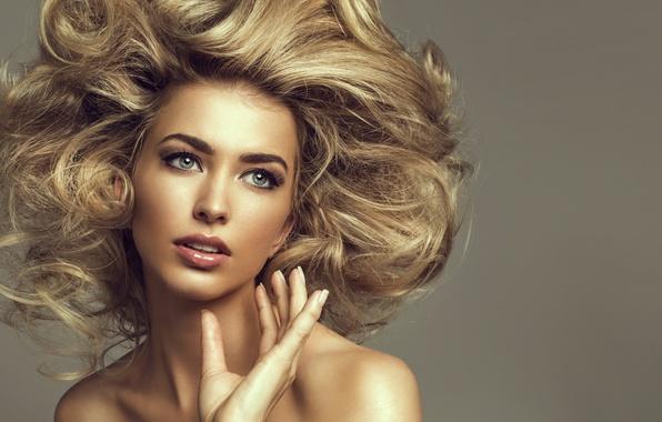 Картинка глаза, взгляд, девушка, фон, модель, волосы, рука, прическа, блондинка, губы, кудри