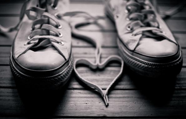 Картинка фото, фон, белое, сердце, кеды, черное, пол, шнурки, walls
