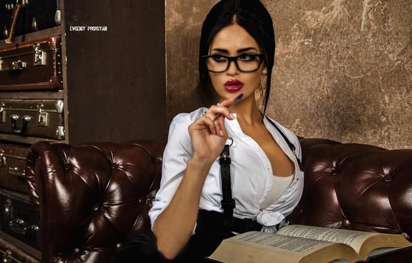Картинка взгляд, девушка, поза, диван, юбка, брюнетка, очки, ручка, блузка, книга, маечка, сидит, Nita Kuzmina