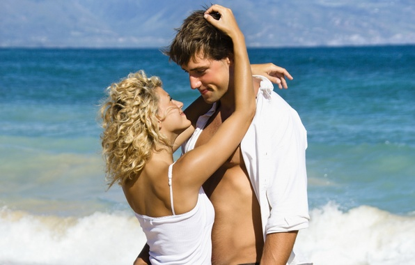 Картинка море, волны, пляж, лето, девушка, любовь, улыбка, настроение, парень, влюбленные, чувство