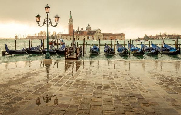 Картинка море, город, пасмурно, остров, пристань, Италия, фонарь, Венеция, Italy, гондолы, Venice, San Giorgio Maggiore, Сан-Джорджо …