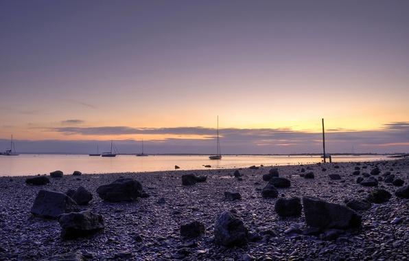 Картинка небо, вода, закат, камни, океан, берег, лодки