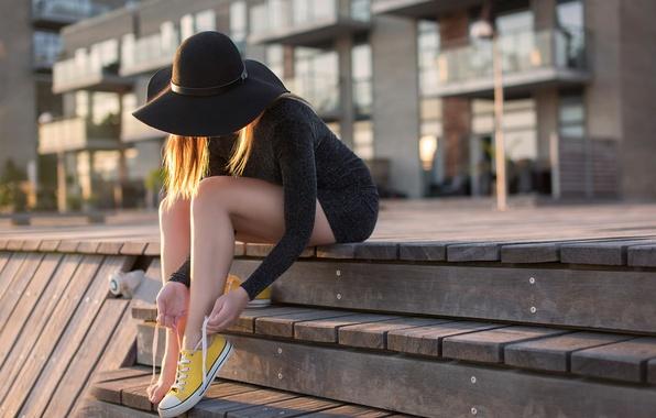 Картинка девушка, город, кеды, ступеньки, шляпка, ножки, шнурки, Yellow shoes, Anders Hansen