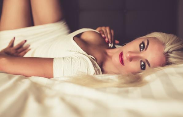Картинка взгляд, девушка, лицо, фон, волосы, тело, макияж, губы, лежит, красотка