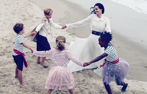 Картинка песок, море, дети, берег, платье, актриса, брюнетка, Анджелина Джоли, Angelina Jolie, в белом, веселье, Vogue, …