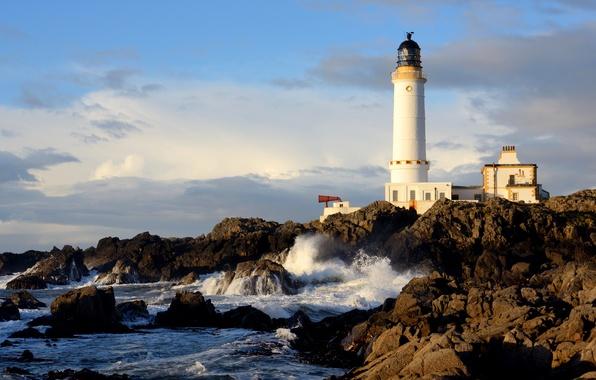 Картинка море, небо, облака, дом, камни, скалы, маяк, Шотландия