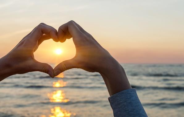 Картинка море, вода, солнце, любовь, закат, блики, река, фон, океан, widescreen, обои, настроения, сердце, волна, чувства, ...