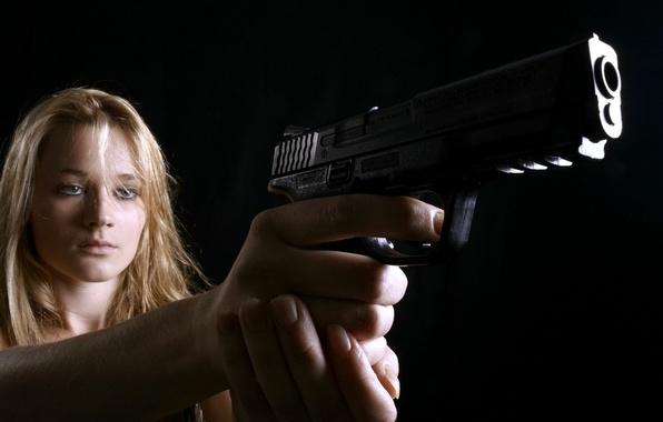 Картинка девушка, пистолет, оружие, ситуация