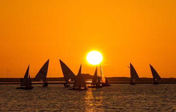 Картинка небо, солнце, закат, озеро, лодка, яхта, парус