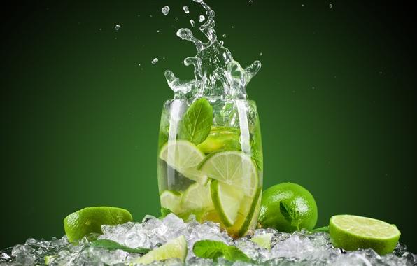 Картинка лед, брызги, зеленый, фон, бокал, коктейль, лайм, цитрус, фрукты, мохито