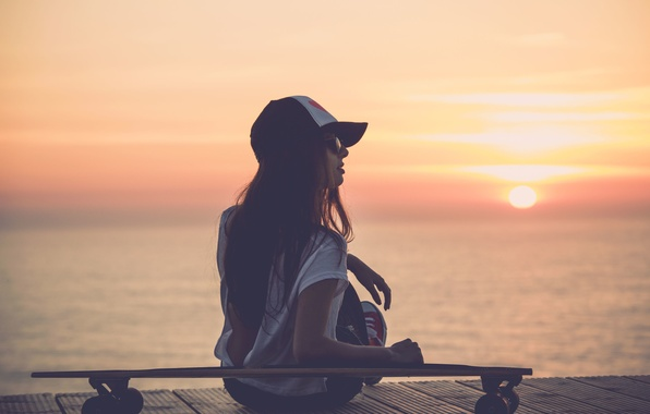 Картинка море, девушка, солнце, закат, река, фон, обои, настроения, очки, wallpaper, кепка, доска, широкоформатные, background, скейтборд, …