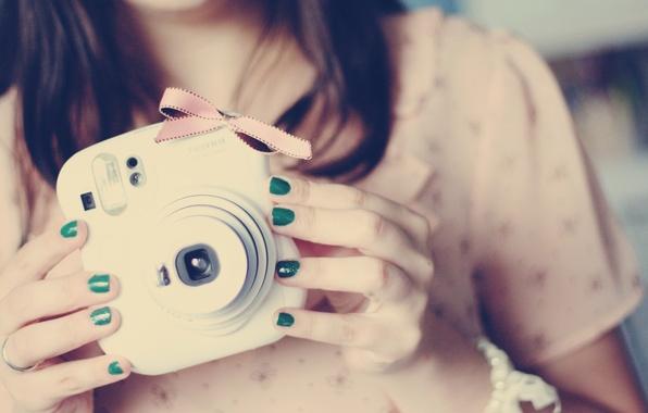 Картинка девушка, зеленый, фото, фон, розовый, обои, настроения, брюнетка, фотоаппарат, бантик, ногти, лак