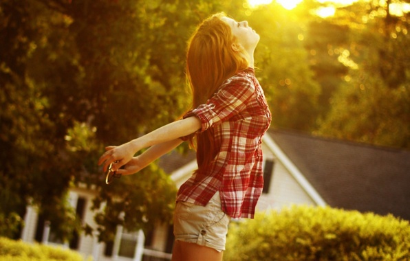 Картинка девушка, солнце, свет, закат, волосы, шорты, рубашка, long hair, women, redhead, sunlight, shirt, outdoors