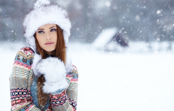 Картинка зима, взгляд, девушка, снег, шапка, домик, шатенка, свитер, варежка