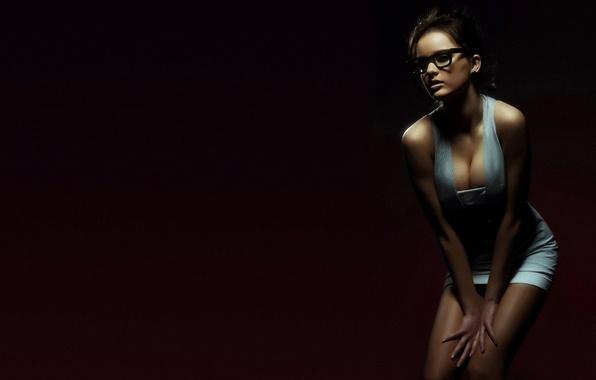 Картинка грудь, девушка, платье, брюнетка, очки