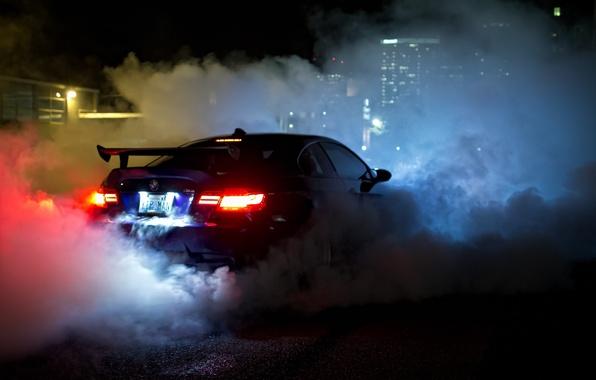 Картинка ночь, синий, дым, вид, bmw, бмв, сзади, smoke, blue, night, свет фар, e92, антикрыло