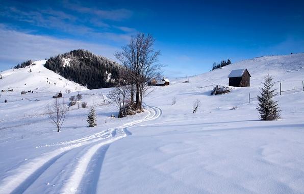 Картинка зима, лес, небо, снег, деревья, горы, след, склон, домик
