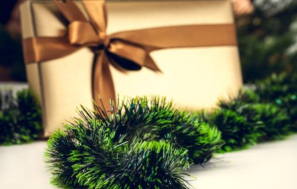 Картинка дождик, зеленый, коробка, подарок, Новый Год, Рождество, декорации, мишура, бант, ленточка