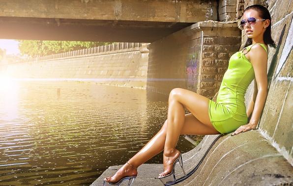 Картинка девушка, мост, река, платье, брюнетка, очки, туфли, ножки, milana