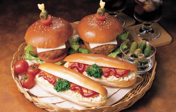 Картинка зелень, еда, сыр, бокалы, помидоры, оливки, соус, кетчуп, поднос, сосиска, корнишоны, хот- дог, черри, котлеты, …