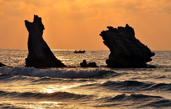 Фото обои море, волны, закат, скалы, лодка, две, рыбаки, баркас