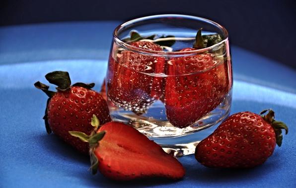 Картинка вода, земляника, клубника, ягода, рюмка