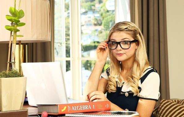 Картинка взгляд, девушка, стол, милая, актриса, очки, блондинка, певица, форма, ноутбук, школьница, тетради, симпатичная, учебник, ученица, …