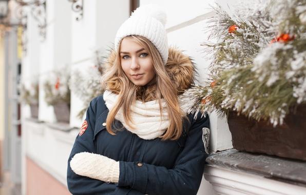 Картинка зима, шапка, здание, Девушка, шарф, куртка, Рождество, кафе, Новый год, варежки, стена.