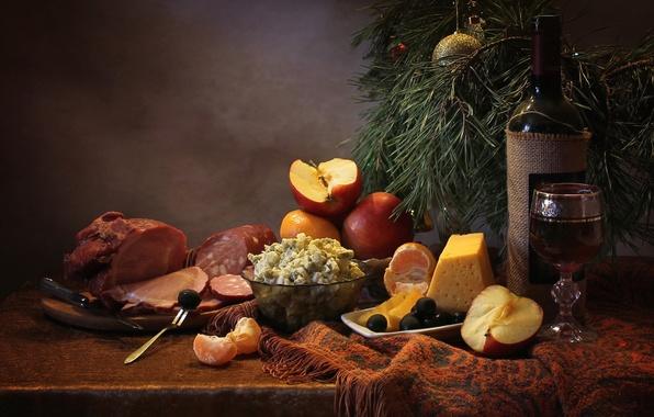 Картинка вино, бокал, яблоко, сыр, мясо, натюрморт, колбаса, сосна, салат, маслины, мандарин, угощение, оливье