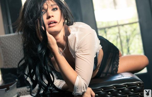 Картинка взгляд, девушка, ноги, модель, волосы, юбка, брюнетка, лежит, блузка, Playboy, Brittani Jayde