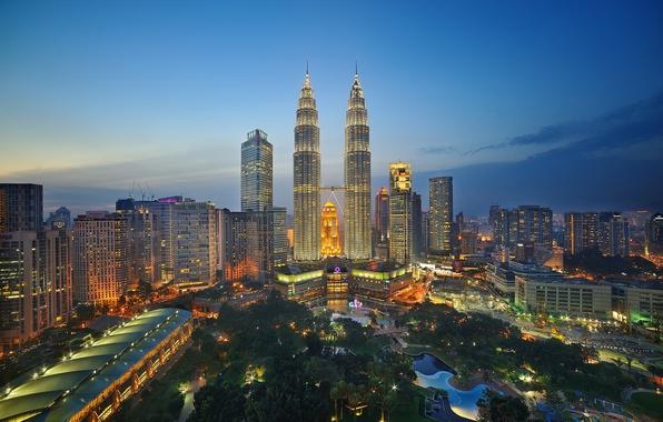 Картинка небо, огни, парк, горизонт, сумерки, Малайзия, Куала-Лумпур, башни-близнецы Петронас