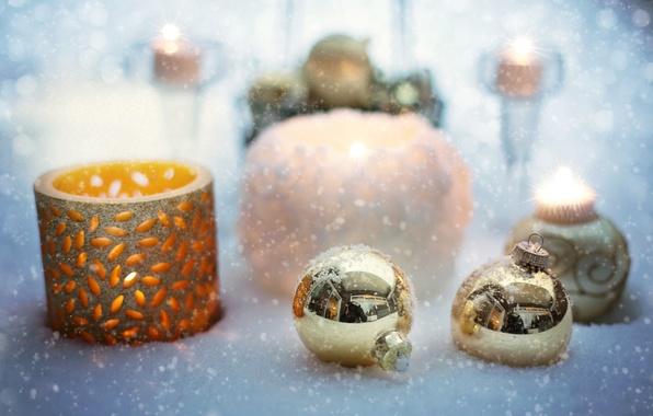 Картинка шарики, снег, украшения, праздник, игрушки, свечи, Новый год, боке, подсвечники