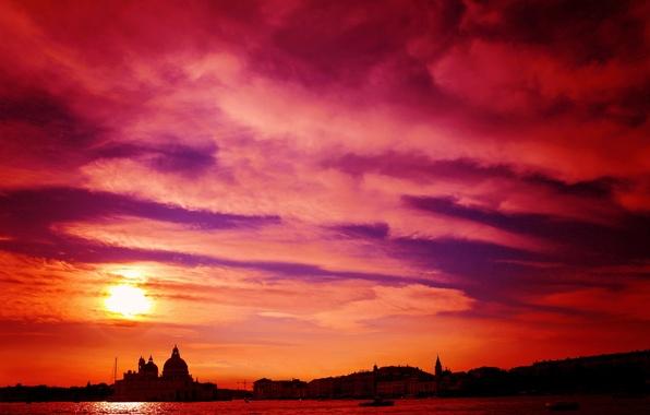 Картинка небо, облака, закат, город, дома, Италия, Венеция, собор, канал, зарево