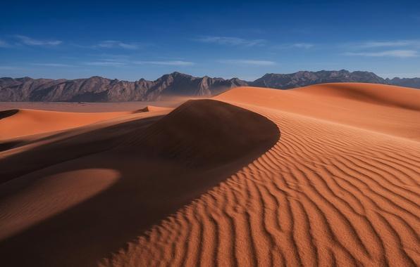 Картинка песок, небо, облака, горы, барханы, ветер, пустыня, дюны