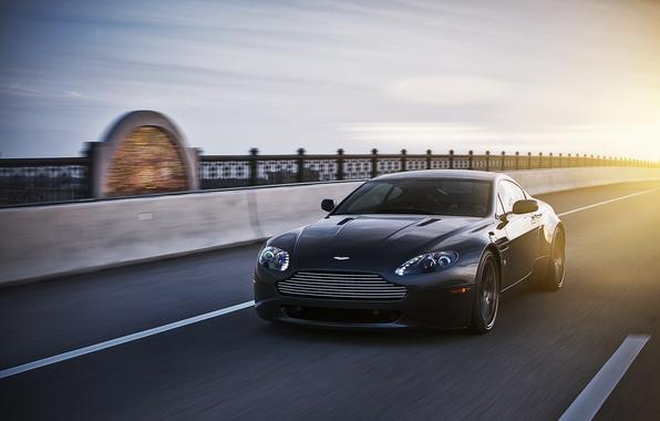 Картинка солнце, чёрный, Aston Martin, скорость, Vantage, астон мартин, black, блик