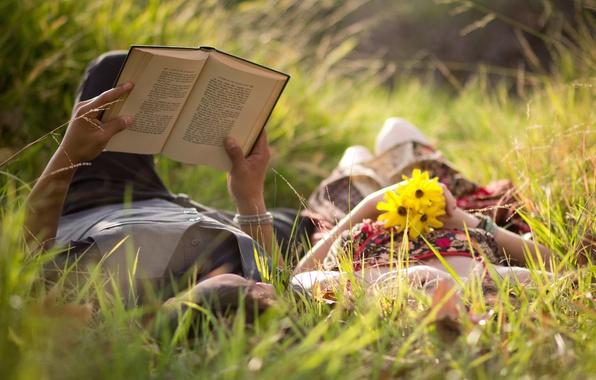 Картинка зелень, трава, девушка, любовь, цветы, фон, widescreen, обои, романтика, настроения, женщина, чувства, луг, пара, книга, …