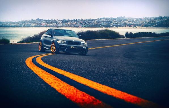 Картинка дорога, море, асфальт, город, BMW, диски, дорожная разметка, маркировка, вдали, 1 series, BLK Wheels