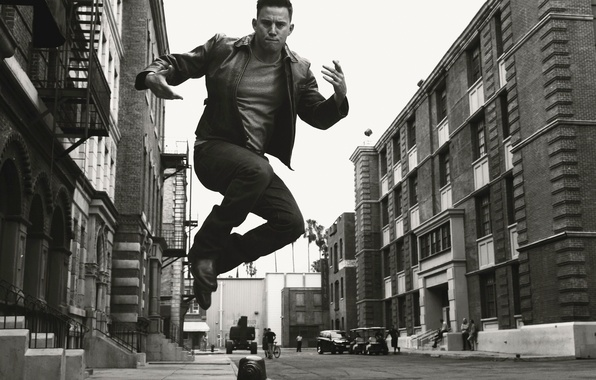 Картинка фото, прыжок, улица, дома, кадр, актер, черно-белое, Channing Tatum, Ченнинг Татум, Norman Jean Roy