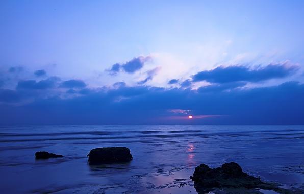 Картинка море, небо, облака, закат, камни, берег, вечер, отлив