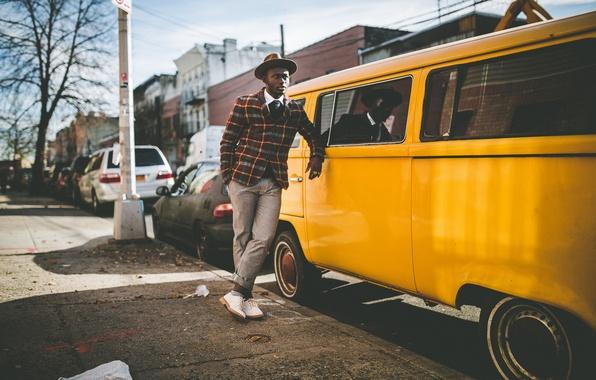 Картинка глаза, город, отражение, знак, улица, окна, тень, шляпа, куртка, губы, мужчина, зеркала, автомобили, солнечный свет, …