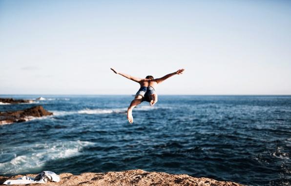 Картинка море, прыжок, парень