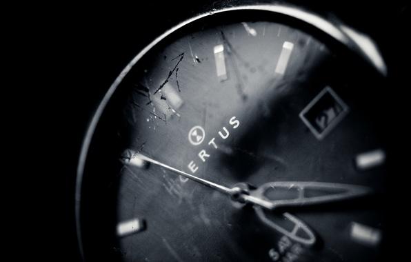Картинка стекло, макро, время, трещины, фото, фон, обои, стрелки, белое, часы, черное, wallpapers