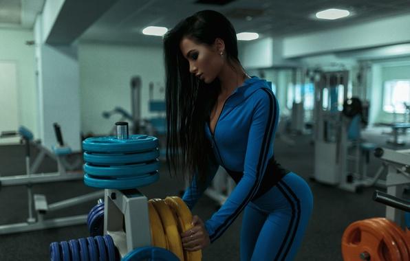 Картинка девушка, синий, спорт, макияж, фигура, стройная, брюнетка, прическа, костюм, спортивная, красивая, фитнес, железо, спортзал, тренажеры, …